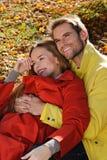 Gelukkig Paar in zonnig Autumn Park Daling Jonge familie die pret hebben in openlucht Gele Bomen en Bladeren Lachende Man en Vrou Stock Foto's