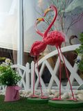 Gelukkig pingel de dag van Valentine van het flamingo'shart in spelgronden Stock Fotografie