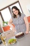 Gelukkig plus groottevrouw met chocoladecake Stock Foto