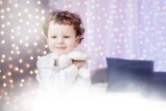 Gelukkig portret weinig jongen het glimlachen Kerstmis, gezicht stock afbeeldingen