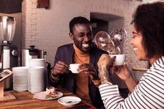 Gelukkig positief aardig paar die koffie hebben samen stock foto's