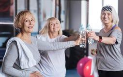 Gelukkig positief vrouwen drinkwater stock afbeeldingen