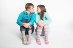 Gelukkig pret hebben en paar die rond voor de gek houden De blije man en de vrouw hebben aardige tijd Goede verhouding en valenti stock foto