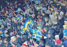 Gelukkig publiek met Zweedse vlaggen in de parallelle slalomgebeurtenis Stock Foto
