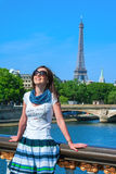 Gelukkig reismeisje op Pont Alexandre III brug met de Toren van Eiffel in Parijs Stock Fotografie