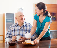 Gelukkig rijp paar die ontbijt hebben Stock Foto's