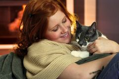 Gelukkig roodharigemeisje met kat Stock Foto's