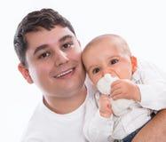 Gelukkig samen: jonge vader of alleenstaande ouder met geïsoleerde baby Stock Foto's
