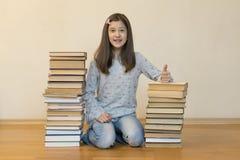 Gelukkig schoolmeisje met boeken in de ruimte royalty-vrije stock afbeelding