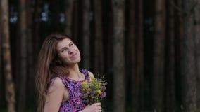 Gelukkig schoonheidsmeisje die met wilde bloemen op haar minnaar wachten stock videobeelden