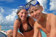 Gelukkig snorkel tienerjaren bij strand Stock Foto's