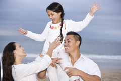 Gelukkig Spaans familie en meisje die pret op strand hebben royalty-vrije stock fotografie