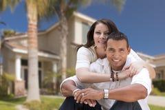 Gelukkig Spaans Jong Paar voor Hun Nieuw Huis royalty-vrije stock afbeelding