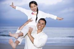 Gelukkig Spaans papa en meisje die pret op strand hebben stock fotografie