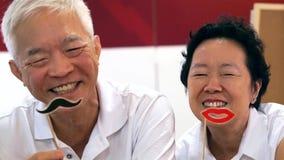Gelukkig speels Aziatisch bejaard hoger paar samen stock foto's
