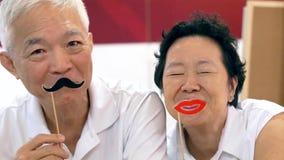 Gelukkig speels Aziatisch bejaard hoger paar samen royalty-vrije stock foto