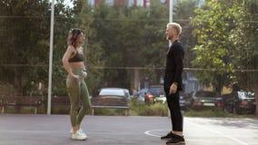 Gelukkig sportief paar alvorens op een sportsground op te leiden stock afbeelding
