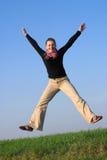 Gelukkig springende geschikte aantrekkelijke vrouw Stock Afbeeldingen