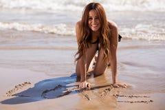 Gelukkig strandmeisje in liefde Stock Afbeelding