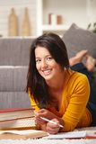 Gelukkig studentenmeisje dat bij camera glimlacht Stock Afbeeldingen