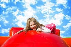 Gelukkig Sunny Girl op Inflate Kasteel stock foto