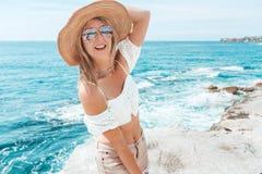 Gelukkig suntanned vrouw door de oceaanrecreatie van de de zomervakantie stock fotografie