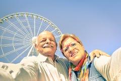 Gelukkig teruggetrokken hoger paar die selfie in reistijd nemen Stock Foto's