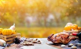 Gelukkig Thanksgiving day Geroosterd kip en Turkije voor partij in de Herfst stock foto