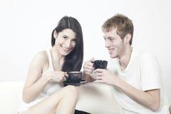 Gelukkig tienerjarenpaar dat met vreugde lacht Stock Afbeeldingen