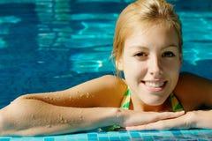 Gelukkig tienermeisje bij de pool Stock Foto