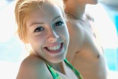 Gelukkig tienermeisje bij de pool Royalty-vrije Stock Afbeelding