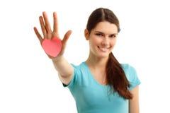 Gelukkig tienermeisje dat in hand hart houdt Stock Foto's