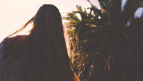 Gelukkig tienermeisje die dichtbij palmenboom dansen Ziet de atmosfeer retro zonsondergang eruit Retro stijlvideo stock video