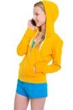 Gelukkig tienermeisje die mobiele telefoon spreken Stock Foto
