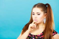 Gelukkig tienermeisje met het bruine paardestaarten denken royalty-vrije stock afbeelding
