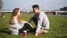 Gelukkig tienerpaar in liefde in het park Aantrekkelijk Paar die Ogenblik die van Tederheid hebben, elkaar bekijken studenten stock videobeelden