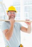 Gelukkig timmermans dragend hout in de bouw Stock Foto