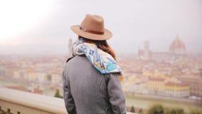 Gelukkig toeristenmeisje in en hoed die verbazend panorama van Florence, Italië, die rond op regenachtige dag kijken bevinden zic stock videobeelden