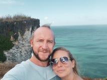 Gelukkig toeristenpaar die selfie foto in Bali nemen stock afbeelding