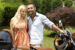 Gelukkig toevallig paar met autoped in openluchttuin Stock Foto