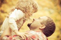 Gelukkig vader en kind in de herfst Stock Foto's