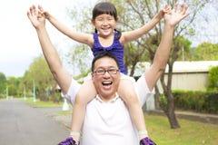 Gelukkig Vader en meisje met zonsondergang Stock Fotografie
