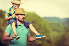 Gelukkig vader en zoonstijdconcept Stock Afbeeldingen