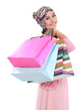 Gelukkig van aantrekkelijke jonge moslimvrouw met het winkelen zak Stock Fotografie