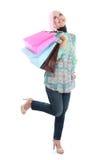 Gelukkig van bevindende moslimvrouw met het winkelen zak Royalty-vrije Stock Foto