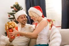 Gelukkig van de paarman en vrouw het vieren Nieuwjaar Stock Foto