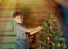 Gelukkig verfraait weinig Jongen Kerstboom stock afbeelding