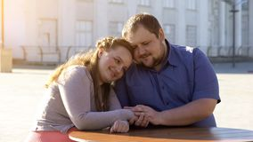 Gelukkig vet paar in de handen van de liefdeholding op stedelijke datum, tedere verhouding royalty-vrije stock afbeelding