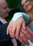 Gelukkig voor altijd! Een bruid en haar MENS. Stock Foto's