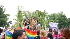 Gelukkig Vrolijk de menigte dansend langzaam motie opgeheven platform van LGBT stock videobeelden